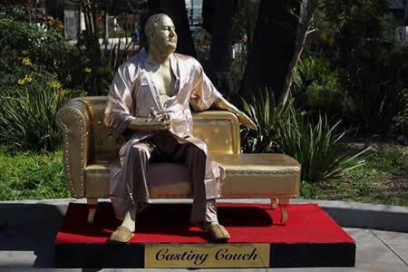Instalan en Hollywood una estatua dorada de Harvey Weinstein sobre un sofá