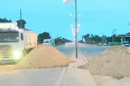 """Municipios cruceños bloquean en demanda de recursos y Gobierno afirma que está """"atado de manos"""" por la ALP"""