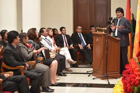 """Morales pide a nuevas autoridades del Órgano Judicial y el TCP """"dignificar"""" la justicia boliviana"""