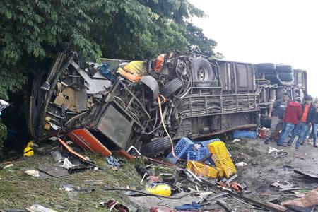 Choque entre tráiler y flota deja seis muertos y 30 heridos en vía Cochabamba-Santa Cruz