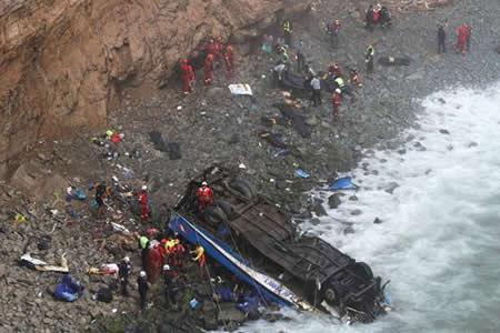 Caída de bus a un abismo dejó 48 fallecidos y seis heridos en Perú