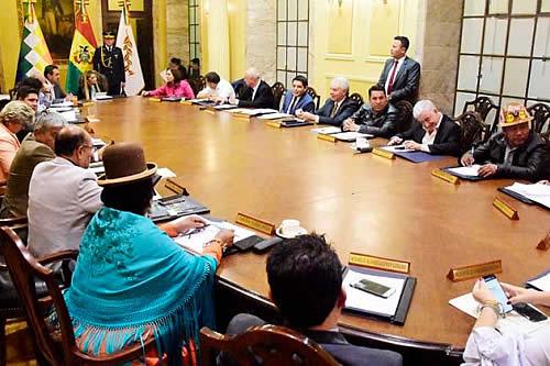 Gobierno reduce tres ministerios y cierra dos embajadas