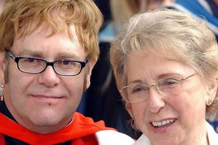 "Elton John, ""conmocionado"" por la muerte de su madre"