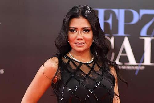 Retiran denuncia contra actriz egipcia por llevar un vestido transparente