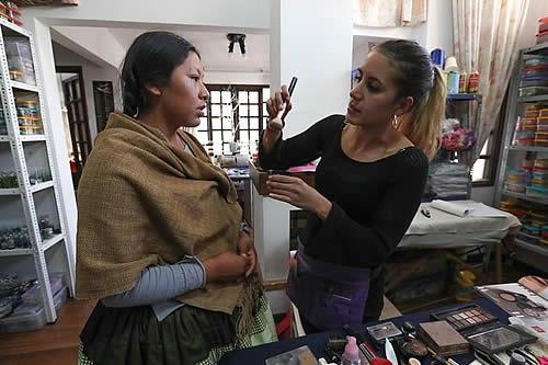 """Las """"cholitas"""" bolivianas desfilarán dentro de un """"cholet"""" en París"""