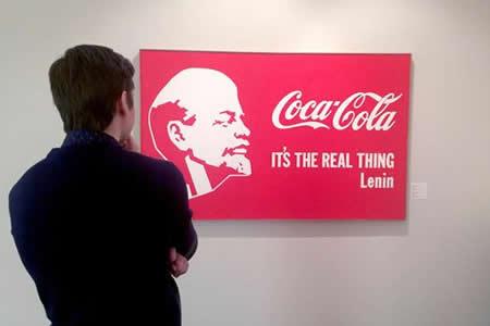"""El pionero del Sots Art Kosolapov expone su transgresora """"Lenin Coca Cola"""""""