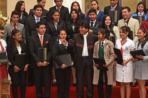 Presidente entrega bono de Bs 1.000 a bachilleres destacados del país