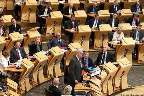 Parlamento escocés vota en contra de acuerdo por el brexit