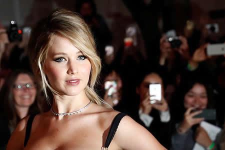 Jennifer Lawrence 'secuestra' la megafonía de un avión para pedirle esto a los pasajeros