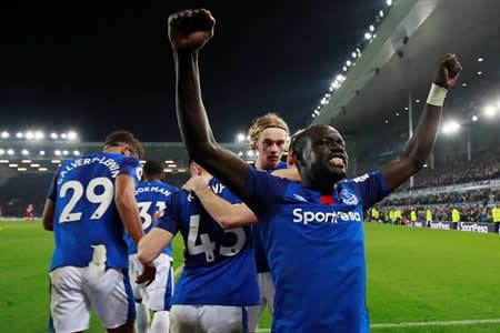El Everton resucita de penalti en el 91
