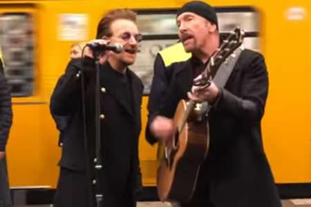 U2 ofrece un concierto por sorpresa en el metro de Berlín