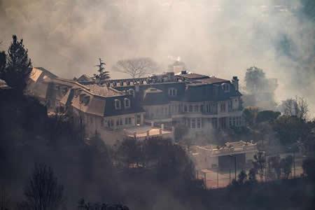 Incendios de California alcanzan a millonarias mansiones de Bel Air