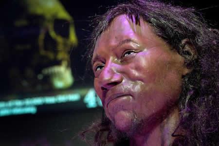 El primer británico moderno tenía ojos azules y piel oscura, según estudio