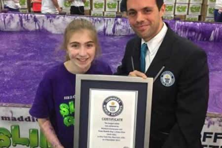 Niña emprendedora establece récord Guinness al amasar seis toneladas de limo