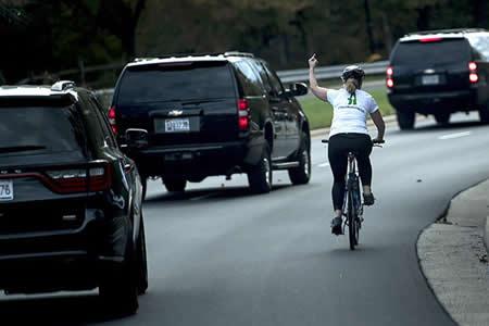 """Despiden a una mujer por realizar un gesto """"obsceno"""" al convoy de Trump"""