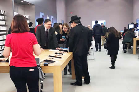 Fotos muestran a Héctor Arce y Diego Pary en tiendas Apple