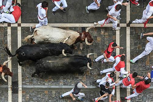 Un toro cornea a un espectador que grababa con una tableta un encierro taurino en España