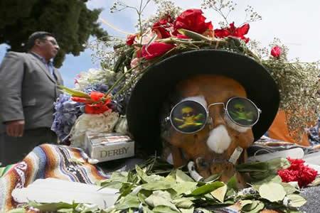 Bolivia celebra la muerte rodeada de colores, música y peculiares calaveras