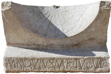 Encuentran intacto un reloj de sol de 2.000 años en un yacimiento romano