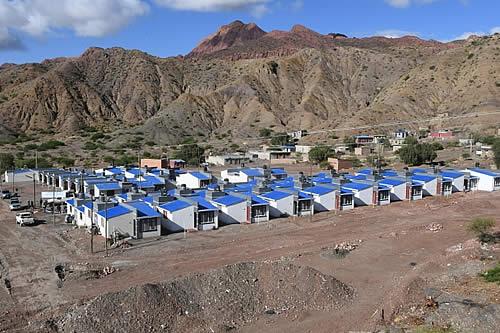 Vicepresidente entrega 106 viviendas sociales en barrios periféricos de Potosí