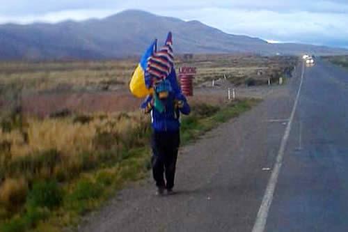 Un joven camina de Huanuni a La Paz para pedir trabajo
