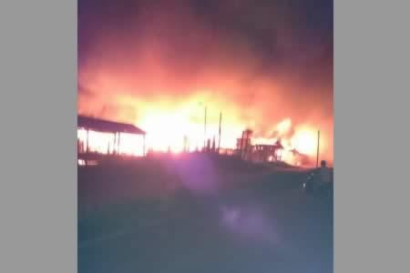 Voraz incendio destruye precario mercado en Riberalta