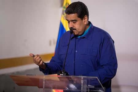 """Maduro llama al """"pueblo"""" a firmar documento de diálogo que oposición rechazó"""