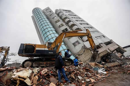 Taiwán investigará la construcción de un edificio hundido por el seísmo