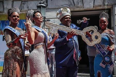 Comienza una fiesta de cinco días en Río de Janeiro bajo el reinado de Momo