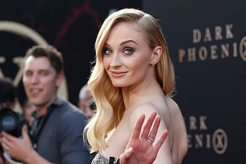 'Sansa Stark' presenta una nueva versión sobre el 'culpable' que dejó el vaso de café en una escena de 'Juego de tronos'