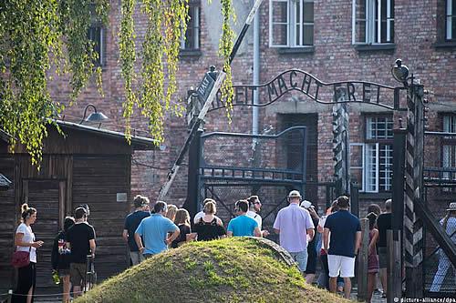 Jóvenes judíos y musulmanes recuerdan Holocausto en Auschwitz
