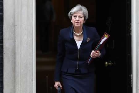 """May apuesta por mujer partidaria del """"brexit"""" para mantener paz en Gobierno"""