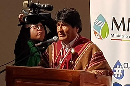 Un hombre gritó 'Bolivia dijo No' y lanzó agua a Morales; fue arrestado