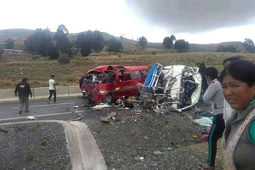 Achacachi: Choque de dos minibuses deja 16 muertos y 10 heridos