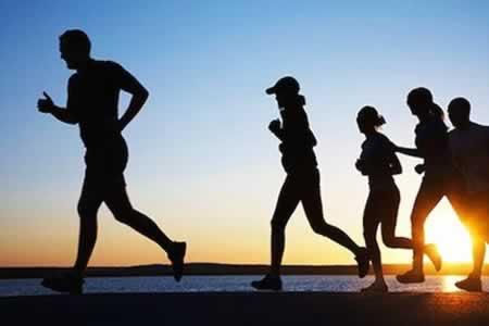 Una hora de deporte al día contrarresta ocho horas sentados, según un estudio