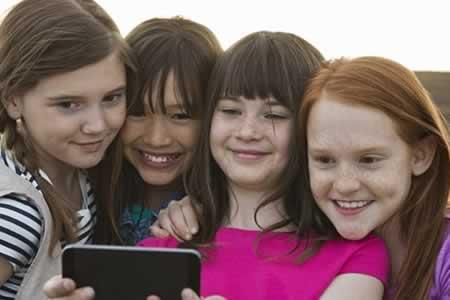 Los selfis aumentan contagio de piojos en alumnos