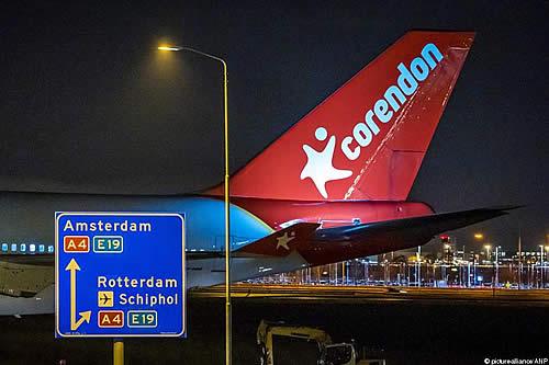 Boeing 747 atraviesa autopista para ser atracción turística