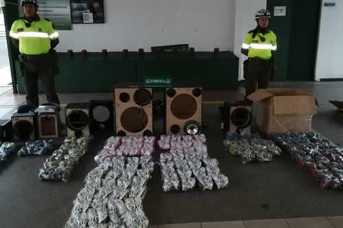 Bolivianos contrabandeaban zapatillas dentro de parlantes