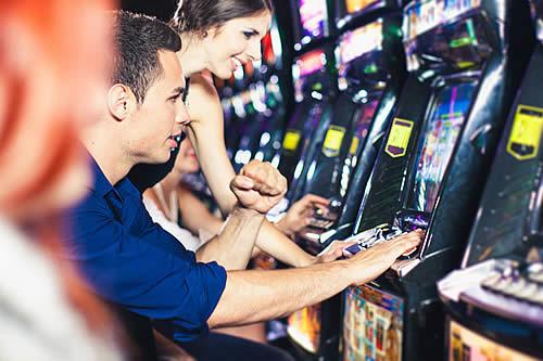 Con simple truco, jóvenes vencen a máquina de videojuegos 'imposible' y ganan el premio mayor