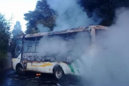 Queman autobús y dejan mensaje contra la visita del papa en el sur de Chile