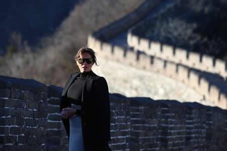 Melania Trump visita en Pekín los osos panda y la Gran Muralla