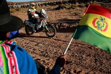 Morales da la bienvenida a competidores del Dakar en su natal Orinoca