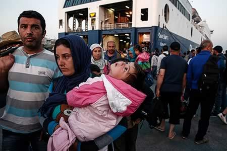 CE sigue atenta la situación de inmigrantes en Grecia y ofrece ayuda a Atenas