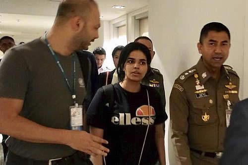 Joven saudita que huyó de su familia vuela a Canadá