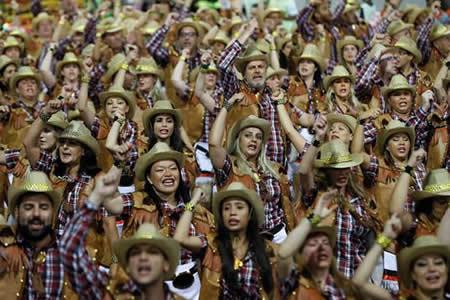 Dos comparsas divierten millones en Brasil y demuestran ser mayores del mundo