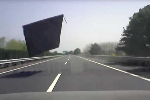 Sobrevive al impacto de una gran lámina de metal contra el parabrisas de su coche