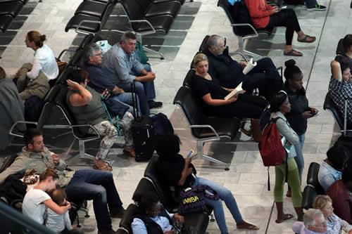 Una mujer protagoniza un escándalo tras descubrir al marido con su amante en un aeropuerto