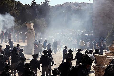 La Policía lanza gases lacrimógenos en enfrentamientos con fieles musulmanes en Jerusalén