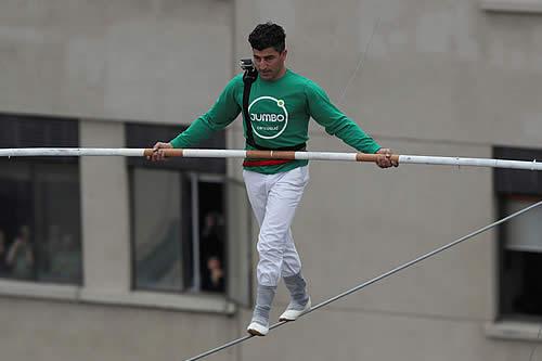 Acróbata marroquí cruza un paseo peatonal sobre un alambre a 50 metros de altura en Chile