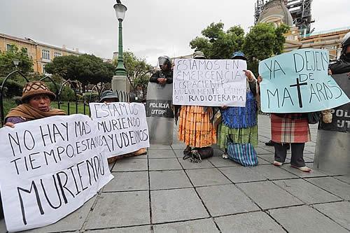 Pacientes bolivianos con cáncer exigen ser atendidos tras meses de espera